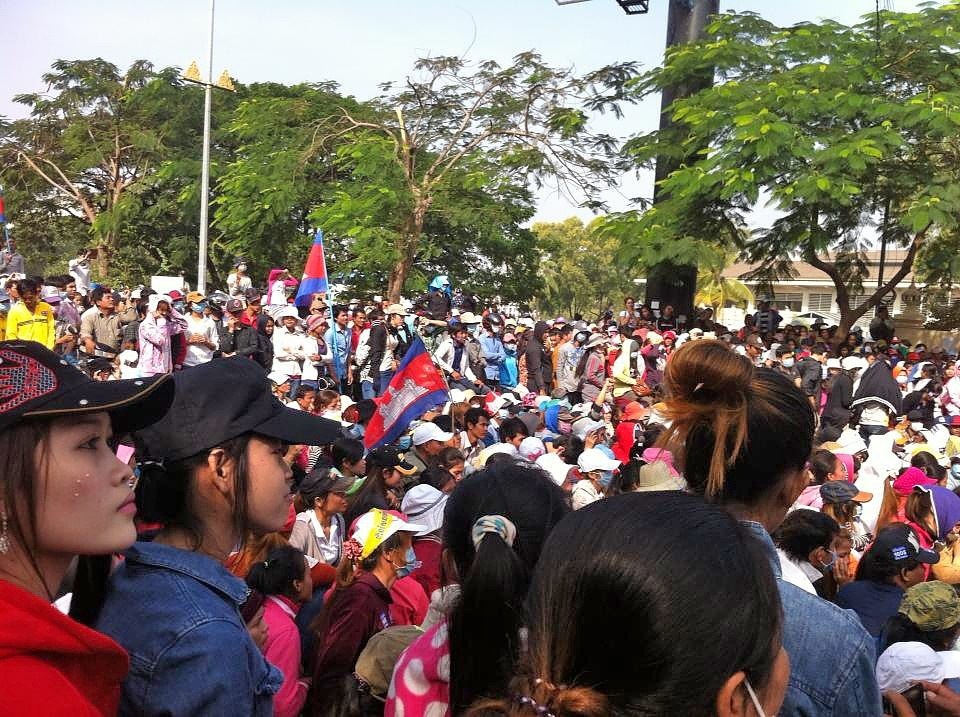 On Dec. 29, thousands of garment workers gathered outside the Cambodian Ministry of Labour to demand a minimum wage of $160 a month. Photo credit: Thareth Sok.
